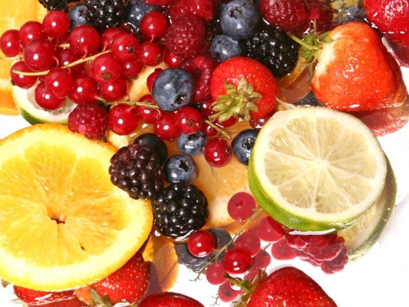 Фрукты и ягоды: ежевика, лимон, лайм, клубника, брусника