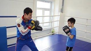 Тренировка по боксу для детей. Отработка ударов по лапам