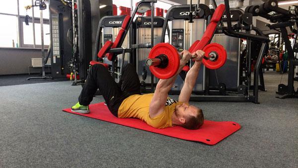 Французский жим лежа на полу. Фитнес тренер Михаил Пузиновский