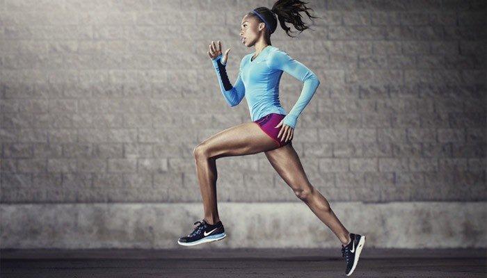 Девушка бегает, чтобы похудеть в ногах
