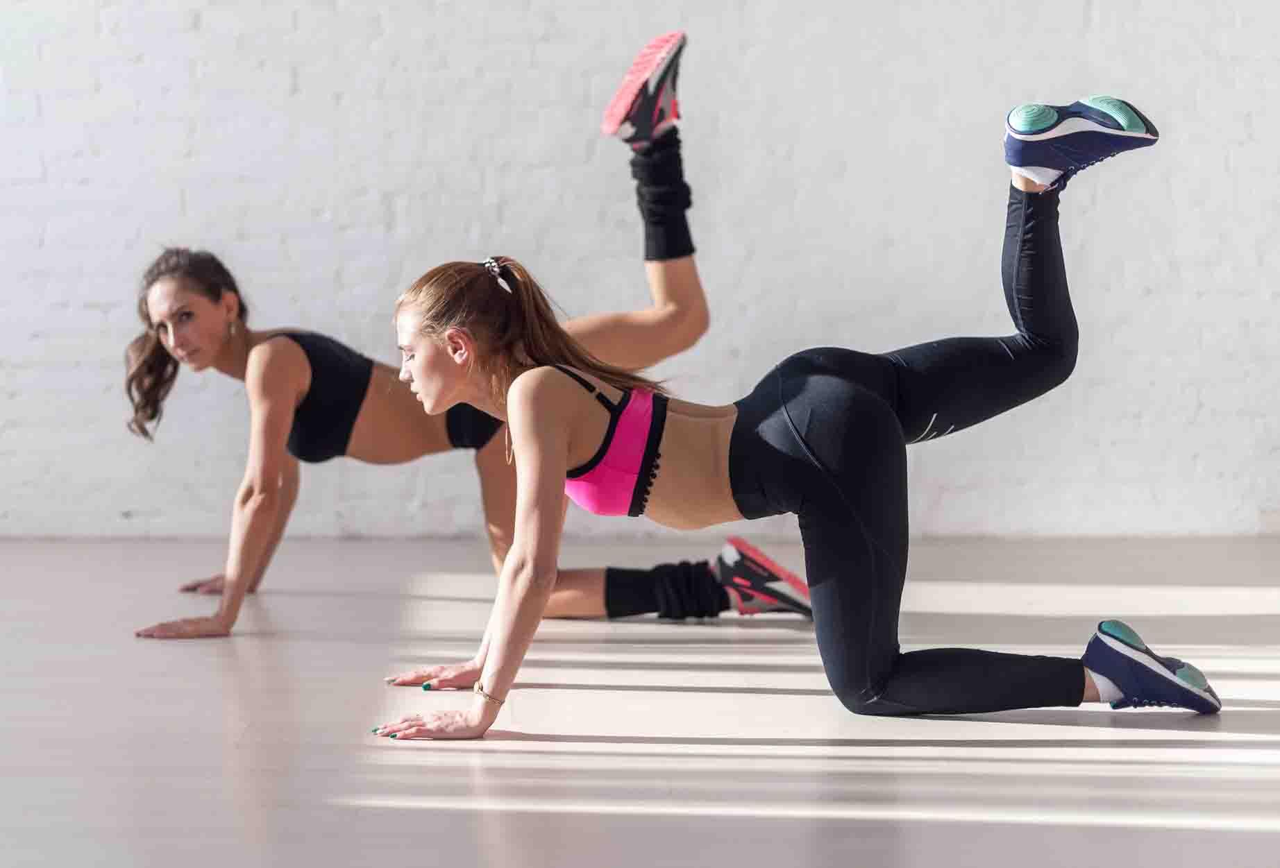 девушки выполняют упражнение