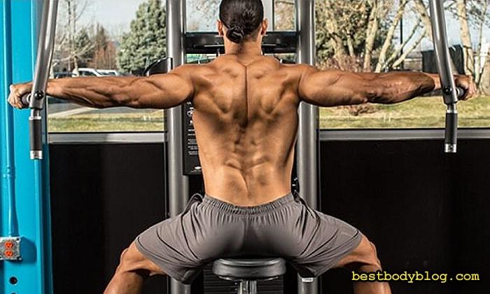 Упражнение на заднюю дельту в тренажере | Обратные разведения