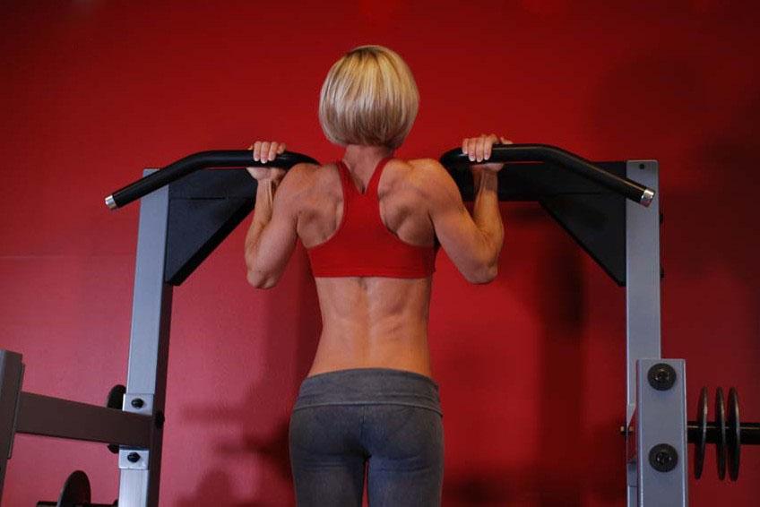 Подтягивания обратным хватом на спину женское исполнение